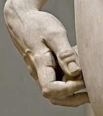 Dettaglio del David di Michelangelo: la mano dell'eroe biblico