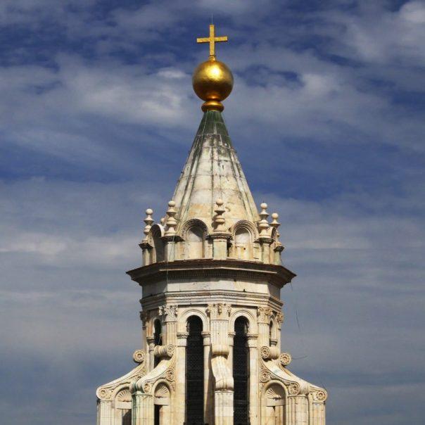 Lanterna del Duomo di Firenze oggi, con in cima palla dorata e croce